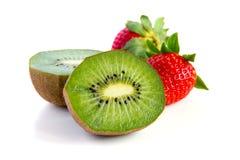 Plan rapproché mûr et juteux de kiwi et de fraise Image libre de droits
