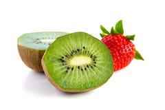 Plan rapproché mûr et juteux de kiwi et de fraise Image stock