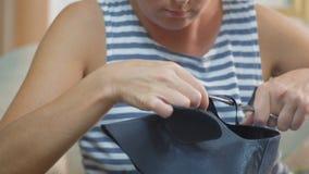 Plan rapproché, mains de la coupe de la femme d'un cordonnier le long de la découpe d'une chaussure en cuir pour la chaussure banque de vidéos