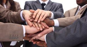 Plan rapproché - mains des hommes d'affaires empilés ensemble Images stock