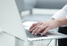 Plan rapproché Mains femelles sur un clavier d'ordinateur portatif Image stock
