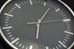 Plan rapproché moderne d'horloge de mur Photo stock