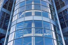 Plan rapproché moderne d'immeuble de bureaux ayant beaucoup d'étages Photos stock