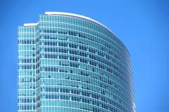Plan rapproché moderne de section de dessus de mur de verre d'immeuble de bureaux Image libre de droits