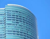 Plan rapproché moderne de section de dessus de mur de verre d'immeuble de bureaux Photos libres de droits