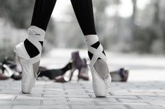 Plan rapproché monochrome de pieds de ballerines dans Pointe Image stock
