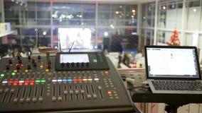 Plan rapproché musical d'équipement sur le fond brouillé, l'ordinateur portable et la console audio en fonction banque de vidéos