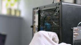 Plan rapproché noir d'ordinateur personnel de démontage s'ouvrant de main principale de caisse de PC banque de vidéos