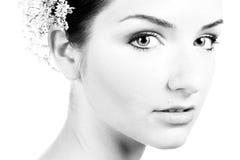 Plan rapproché noir et blanc d'un beau femme Photo stock