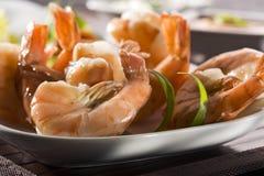 Plan rapproché noir grillé de crevettes roses de tigre Image stock