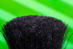 Plan rapproché noir utilisé de brosse de maquillage et fond vert photos libres de droits