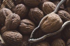 Plan rapproché : Noix avec le casse-noix dans une cuvette images libres de droits