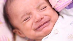 Plan rapproché nouveau-né de bébé, espiègle, actif, souriant banque de vidéos
