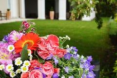 Plan rapproché nuptiale de bouquet de mariage extérieur Photographie stock libre de droits