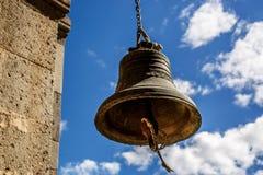 Plan rapproché orthodoxe de cloche contre le ciel avec des nuages Image libre de droits