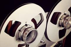 Plan rapproché ouvert de bobine d'enregistreur de platine du dérouleur de bobine de stéréo analogue Photographie stock libre de droits