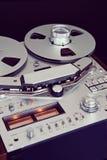 Plan rapproché ouvert de bobine d'enregistreur de platine du dérouleur de bobine de stéréo analogue Images stock