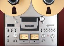 Plan rapproché ouvert de mètre de l'enregistreur vu de platine du dérouleur de bobine de stéréo analogue Image libre de droits