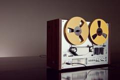 Plan rapproché ouvert de vintage d'enregistreur de platine du dérouleur de bobine de stéréo analogue Photo stock