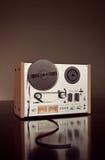 Plan rapproché ouvert de vintage d'enregistreur de platine du dérouleur de bobine de stéréo analogue Images stock