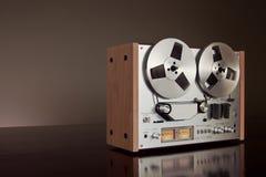 Plan rapproché ouvert de vintage d'enregistreur de platine du dérouleur de bobine de stéréo analogue Photo libre de droits