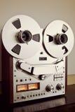 Plan rapproché ouvert de vintage d'enregistreur de platine du dérouleur de bobine de stéréo analogue Image libre de droits
