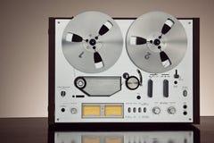 Plan rapproché ouvert de vintage d'enregistreur de platine du dérouleur de bobine de stéréo analogue Photographie stock libre de droits