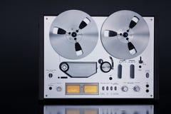 Plan rapproché ouvert de vintage d'enregistreur de platine du dérouleur de bobine de stéréo analogue image stock