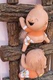 plan rapproché, poupée drôle sur une échelle en bois, couleur de processus Photographie stock libre de droits