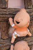 plan rapproché, poupée drôle sur une échelle en bois, couleur de processus Photos stock