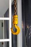 Plan rapproché pour jaunir le crochet avec Rusty Chain Photo stock