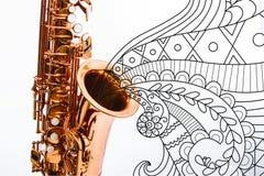 Plan rapproché pour un saxophone brillant illustration libre de droits