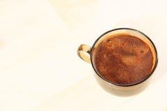 Plan rapproché pris de tasse de café sur le fond beige Photographie stock libre de droits