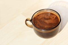 Plan rapproché pris de tasse de café sur le fond beige Photo libre de droits