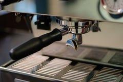 plan rapproché professionnel d'expresso de machine de Coffee de barman de cafétéria Photographie stock