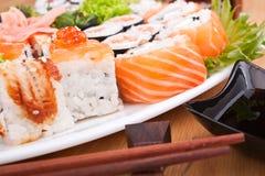 Plan rapproché réglé de grands sushi Photos libres de droits