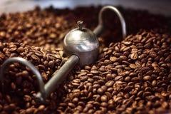 Plan rapproché rôti de mélange de café Une série de grains de café aromatiques fraîchement rôtis refroidissent après l'émergence  Photographie stock libre de droits