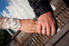 Plan rapproché retenant des mains avec la boucle de mariage Photo libre de droits