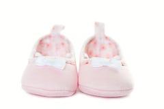 Plan rapproché rose d'espadrilles de bébé d'isolement Image libre de droits