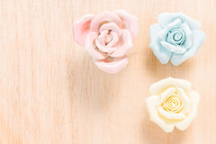 Plan rapproché Rose en pastel sur le fond en bois Images stock