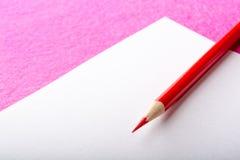 Plan rapproché rouge de crayon papeterie Outil de bureau De nouveau à l'école Photos stock