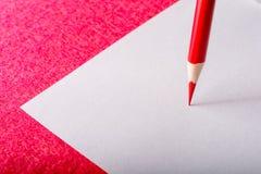 Plan rapproché rouge de crayon papeterie Outil de bureau De nouveau à l'école Image libre de droits