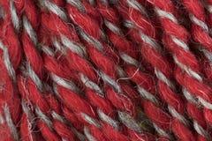 Plan rapproché rouge et blanc de macro de boule de fil de laine Photo libre de droits