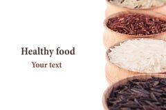 Plan rapproché rouge et noir et blanc de riz dans des cuvettes en bois sur le fond blanc images stock