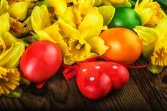 Plan rapproché rouge-jaune de décoration de fleurs d'oeufs de pâques Image libre de droits