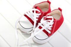 Plan rapproché rouge mignon de chaussures de bébé Image stock