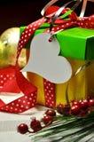 Plan rapproché rouge, vert et jaune de cadeau de Noël Image libre de droits