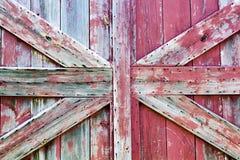Plan rapproché rugueux de textures de porte de grange avec la peinture d'épluchage Photos libres de droits
