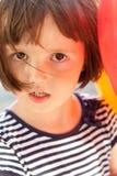 Plan rapproché sinistre drôle de portrait de petite fille avec les ballons photographie stock