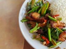 Plan rapproché, style thaïlandais de nourriture : Chou frisé fait sauter à feu vif avec du porc croustillant Photographie stock